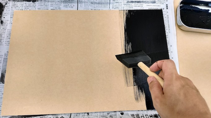 チョークアートの黒板作成をスポンジ刷毛