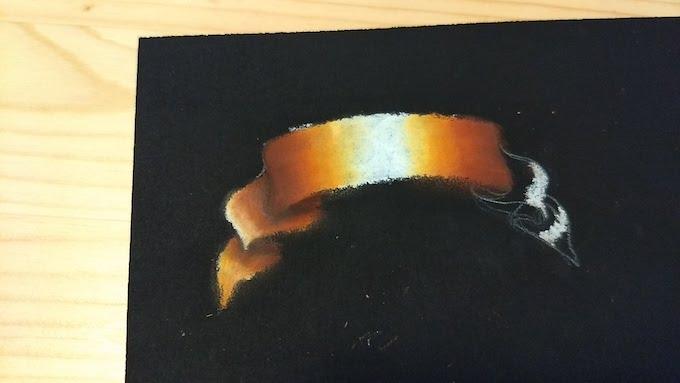 チョークアートでリボンの折り返しの着色