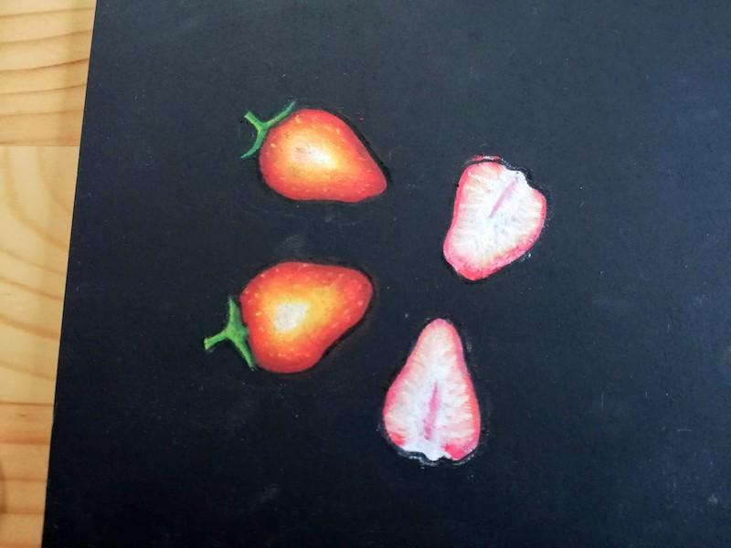 チョークアートでイチゴとイチゴの断面